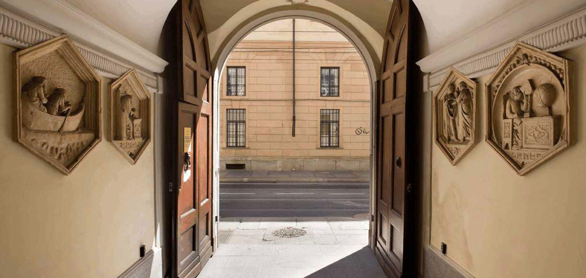 portone d'ingresso dell'istituo alfieri carrù di torino